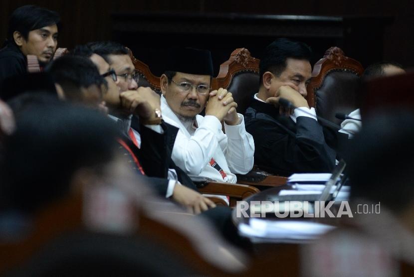 Juru bicara HTI Ismail Yusanto (kiri), didampingi Kuasa Hukum Yusril Ihza Mahendra saat menghadiri sidang Judicial Review atas Perppu Ormas di Gedung MK, Jakarta, Rabu (30/8).