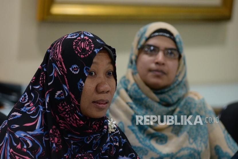 Juru Bicara Muslimah HTI Ifa Ainurrohmah (kiri), bersama anggota Muslimah HTI yang lain mengunjungi kantor Republika, Jakarta, Kamis (9/3).