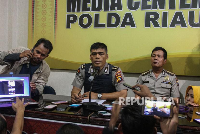 Kabid Humas Polda Riau AKBP Sunarto (tengah) memberikan keterangan kepada sejumlah wartawan tentang penyerangan Mapolda Riau di Pekanbaru, Riau, Rabu (16/5).