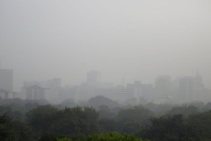 Kabut asap di langit New Delhi, India, Selasa (7/11). Tingkat polusi udara di New Delhi berada dalam level berbahaya.