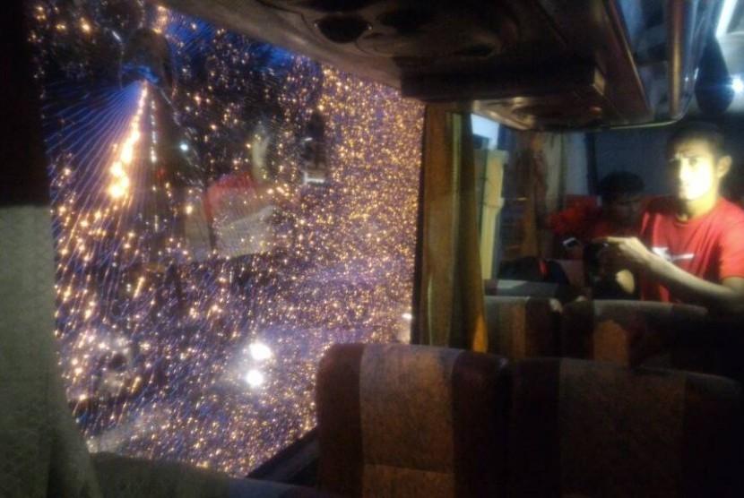 Kaca bus yang ditumpangi tim Semen Padang FC pecah dilempari batu oleh orang tidak dikenal, Jumat (21/4).