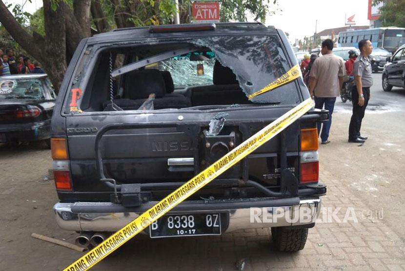 Kaca mobil Nissan Terano Nopol B 8338 OZ hancur di bagian belakang akibat keributan antarormas dan LSM di depan Restoran Ratu Air Telukjambe Karawang. enam unit mobil dan satu sepeda motor rusak dalam keributan yang terjadi Kamis (12/10) siang.