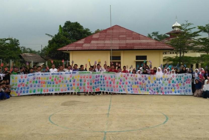 Kain berisi cap tanda tangan dari para siswa SMP Cendekia Baznas untuk anak-anak Muslim Rohingya.