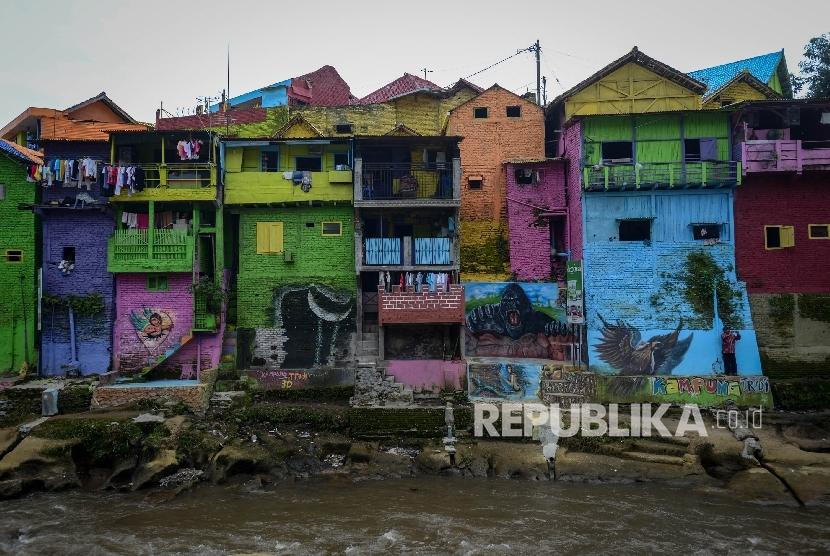 Kampung warna-warni Jodipan di tepian Sungai Brantas, Jawa Timur.