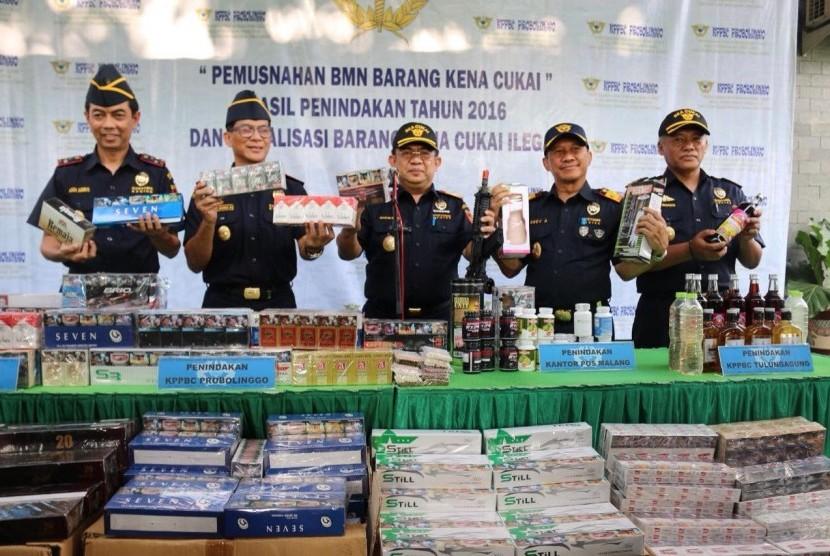 Kantor Wilayah Bea Cukai Jawa Timur II menggelar kegiatan pemusnahan Barang Milik Negara (BMN) eks barang hasil penindakan di Kantor Bea Cukai Probolinggo, Kamis (16/3).