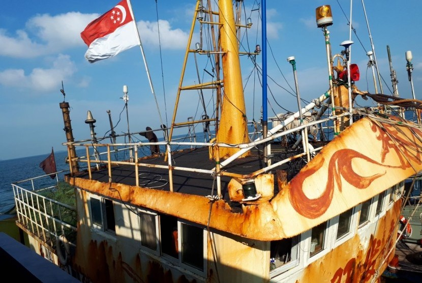 Police and Customs officers catch a Taiwanse vessel with Singapoeran flag illegally carrying 1.6 tons of methamphetamine is caught at Helen Mars waters, Karang Banten, Riau Islands, on Tuesday (Feb 20).