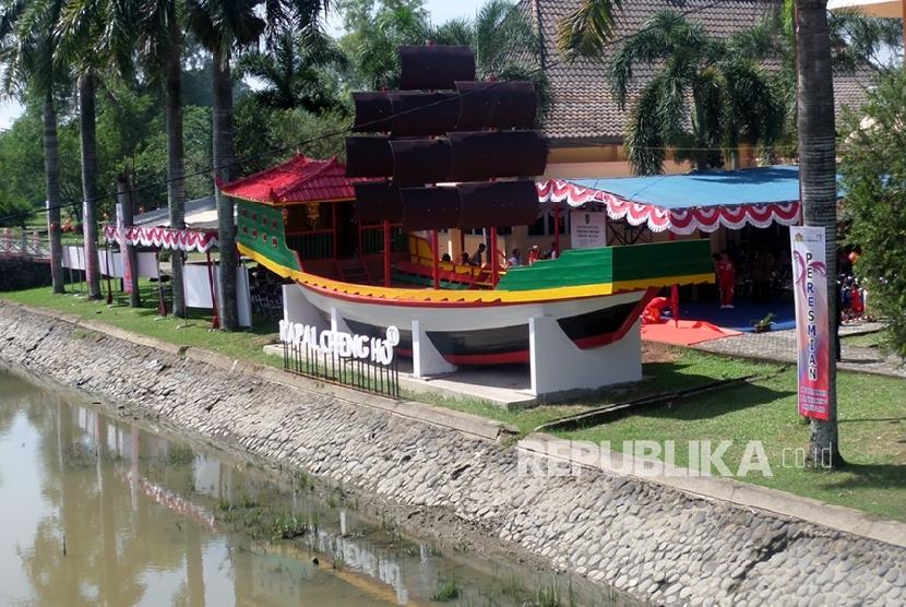 Replika kapal Laksamana Cheng Hodi komplek Taman Purbakala Kerajaan Sriwijaya (TPKS), Palembang.   (Republika/Maspril Aries)