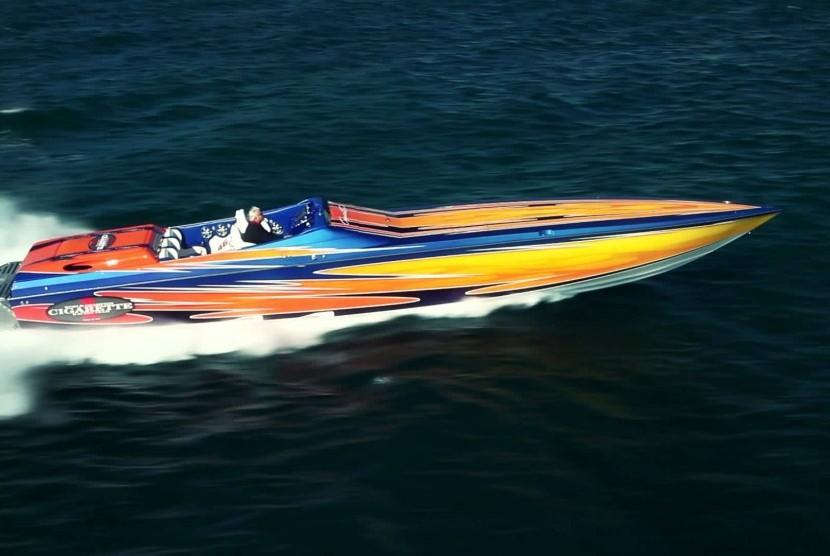 Kapal Cigarette Racing