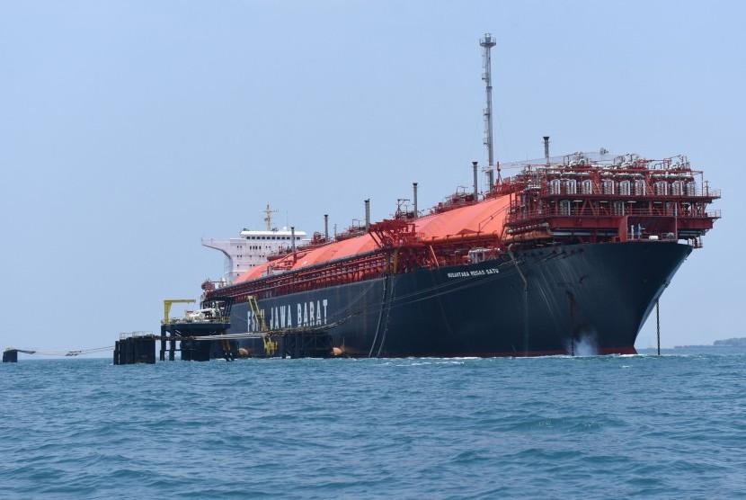 Kapal Floating Storage & Regasification Unit (FSRU) Jawa Barat bersandar di perairan Teluk Jakarta, Jakarta, Selasa (19/9).