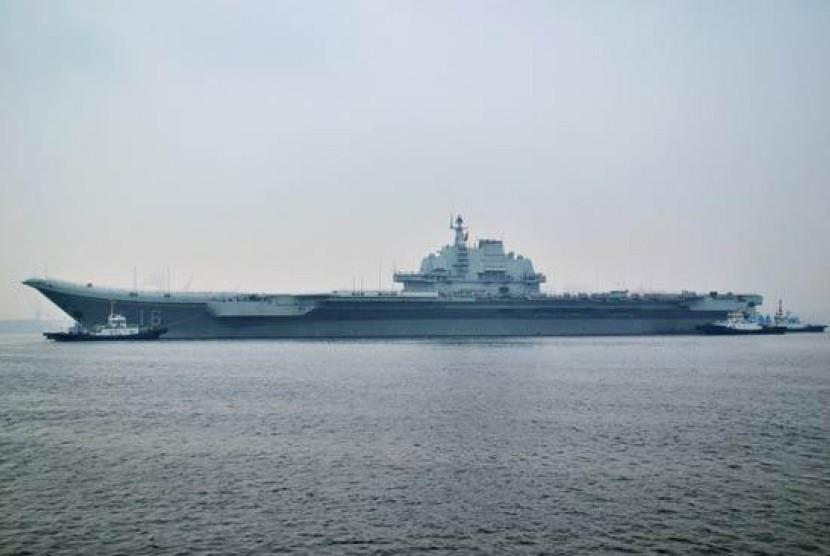 Kapal induk pertama Cina Liaoning.