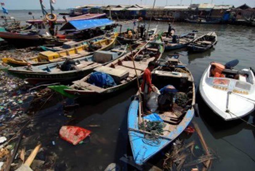 Kapal-kapal milik nelayan bersandar di kampung nelayan Cilincing, Jakarta Utara. ilustrasi (Republika/Prayogi)