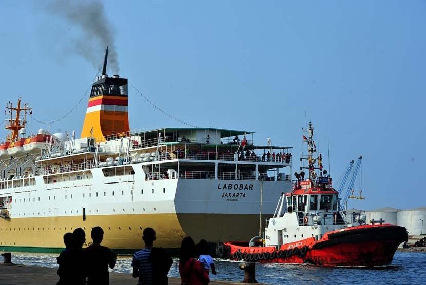 Kapal KM Labobar asal tujuan pelabuhan Sorong, Papua, hendak merapat di Pelabuhan Tanjung Priok, Jakarta, Kamis (23/8). (Edwin Dwi Putranto/Republika)