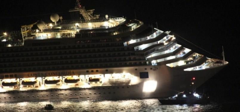 kapal mewah Costa Concordia yang karam di pantai barat Italia