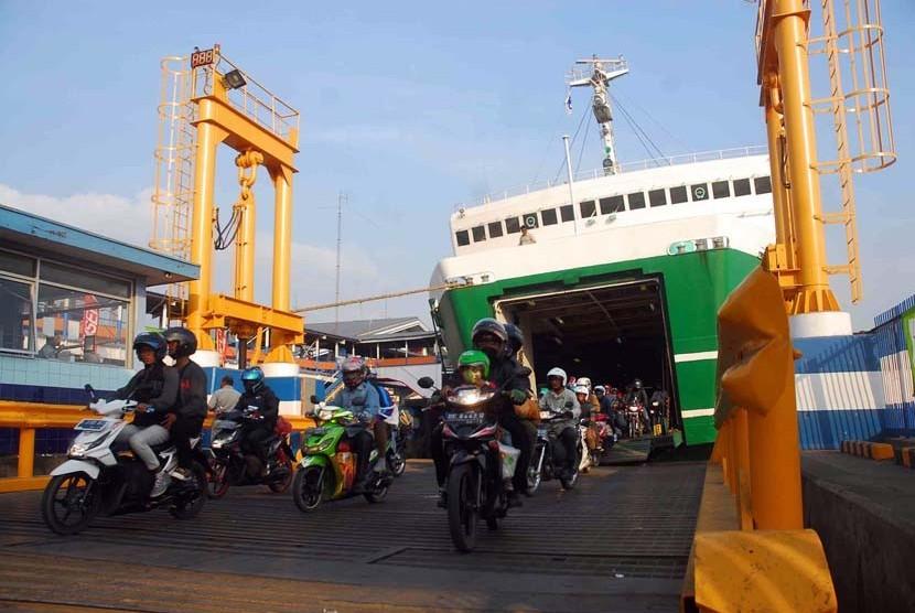 Kapal roro yang mengangkut para pemudik tiba di dermaga pelabuhan Merak Banten, usai pulang dari kampung halaman, Kamis (23/8). (Agung Supriyanto/Republika)