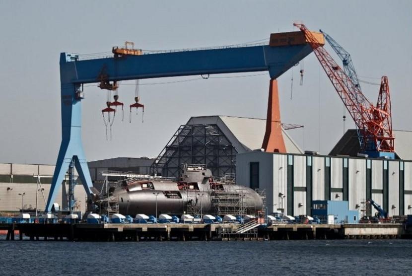 Kapal Selam kelas Dolphin dibuat di galangan kapal di Kiel, kota di utara Jerman. Fakta bahwa militer Israel mempersenjatai kapal itu dengan misil berhulu ledak nuklir tetap rahasia hingga kini.