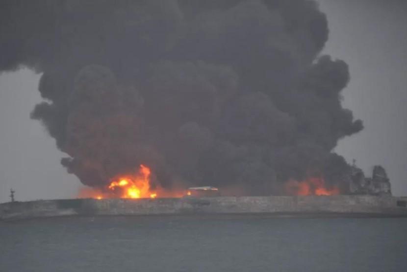 Kapal tanker Iran yang bertabrakan dengan kapal besar Cina di perairan laut wilayah timur Cina.