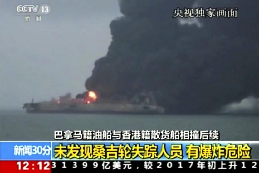Kapal tanker Sanchi masih mengeluarkan asap tebal karena terbakar setelah bertabrakan dengan kapal Cina, Senin (8/1).