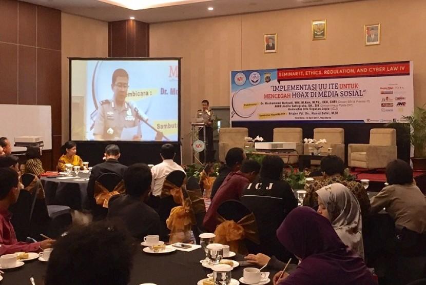 Kapolda DIY Brigjen Polisi Drs Ahmad Dofiri MSi membuka Seminar Cyber Law 4 AMIK BSI Yogyakarta.