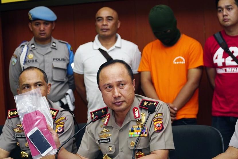 Kapolda Jabar Irjen Agung Budi Maryoto (tengah) memberikan keterangan terkait penangkapan pelaku dugaan penyebaran ujaran kebencian terhadap Iriana Joko Widodo berinisial DI di Mapolrestabes Bandung, Jawa Barat, Selasa (12/9).