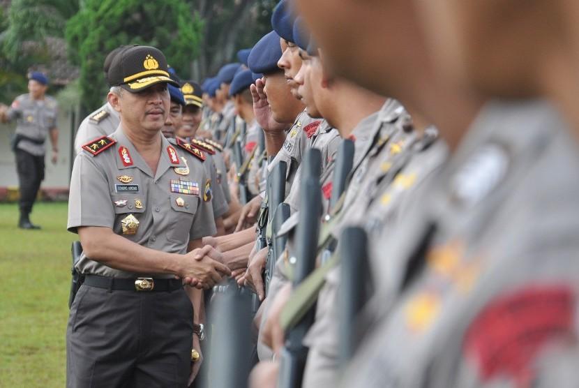 Kapolda Jateng Irjen Condro Kirono menyalami anggota Brimob yang akan diberangkatkan ke Jakarta.