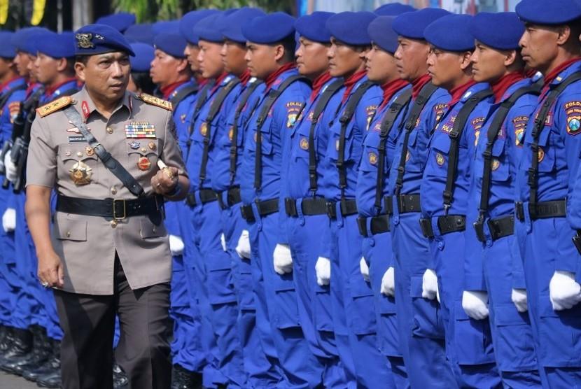 Kapolda Jatim Irjen Pol Machfud Arifin (kiri)