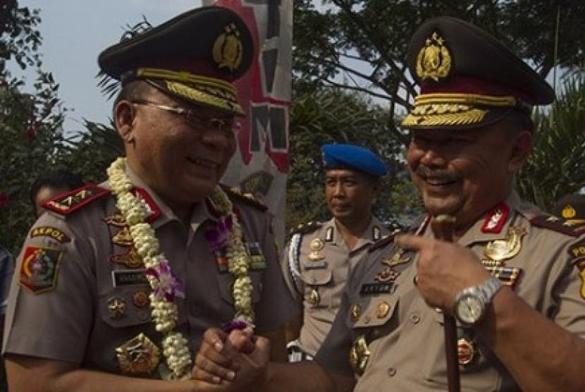 Kapolda Jawa Timur Irjen Anton Setiadji (kanan) saat sertijab dengan Kapolda Jatim lama.