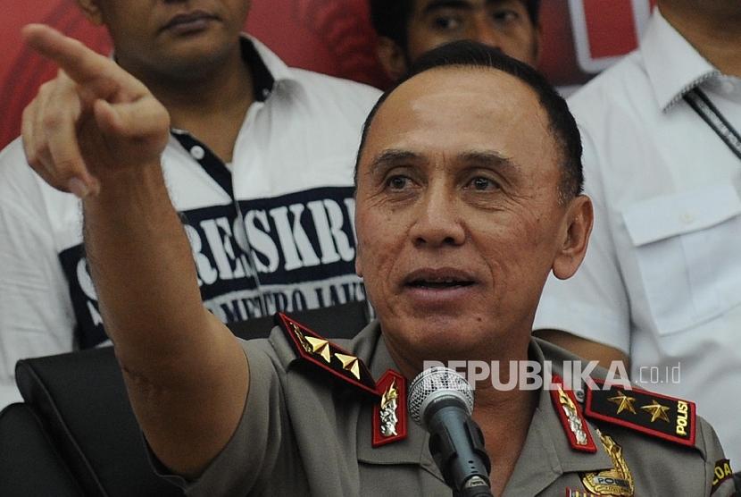 Kapolda Metro Jaya Irjen M Iriawan memberikan keterangan pers pengungkapan kasus penusukan terhadap ahli telematika dari Institut Teknologi Bandung (ITB) Hermansyah di Polda Metro Jaya, Jakarta, Kamis (13/7).