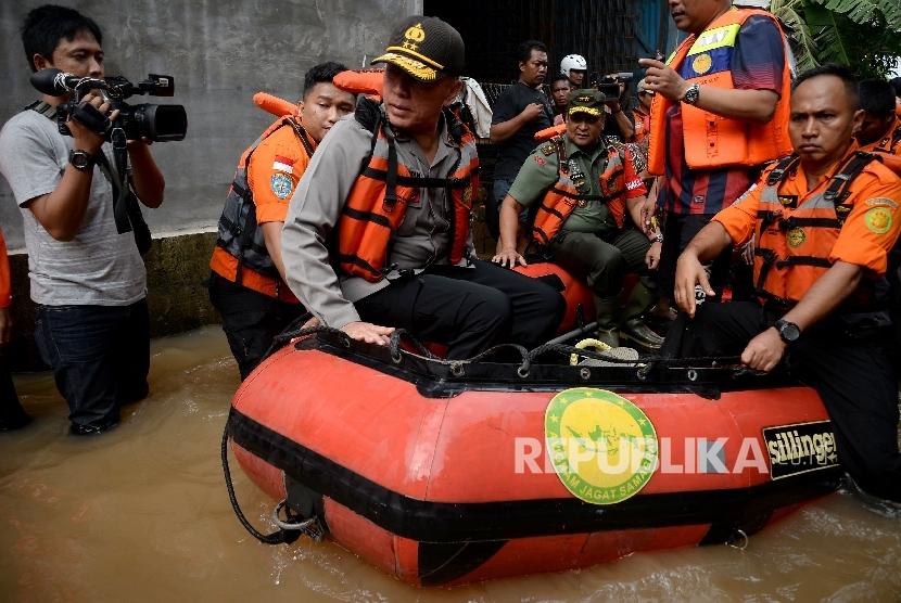 Kapolda Metro Jaya Irjen Pol M Iriawan bersama Pangdam Jaya Mayjen TNI Teddy Lhaksmana memantau banjir di Kelurahan Cipinang Melayu, Kecamatan Makassar, Jakarta, Selasa (21/2).