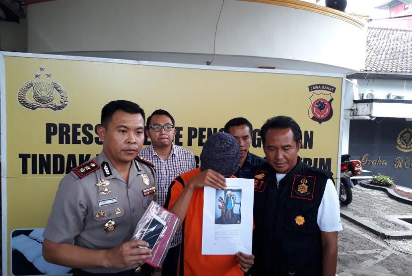 Kapolres Sukabumi Kota AKBP Susatyo Purnomo Condro merilis penangkapan seorang warga yang memposting ujaran kebencian di media sosial di Mapolres Sukabumi Kota Sabtu (3/3).