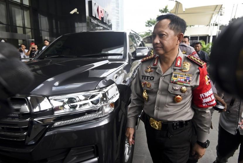 Kapolri Jenderal Pol Tito Karnavian berjalan memasuki gedung KPK, Jakarta Senin (19/6). Kedatangan Kapolri ke markas lembaga antirasuah itu untuk membahas pengungkapan kasus penyiraman air keras terhadap penyidik senior KPK Novel Baswedan.