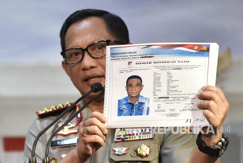 Kapolri Jenderal Pol Tito Karnavian menunjukkan sketsa wajah terduga pelaku penyerangan terhadap penyidik Komisi Pemberantasan Korupsi (KPK) Novel Baswedan (Ilustrasi)