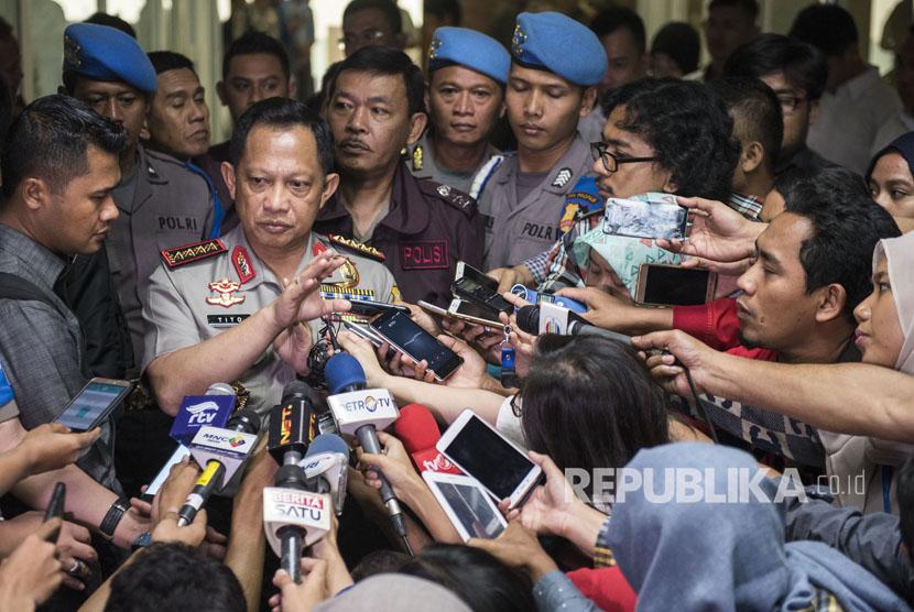 Kapolri Jenderal Pol Tito Karnavian menyampaikan keterangan kepada wartawan usai menghadiri rapat kerja dengan Komisi III di Kompleks Parlemen Senayan, Jakarta, Senin (17/7).