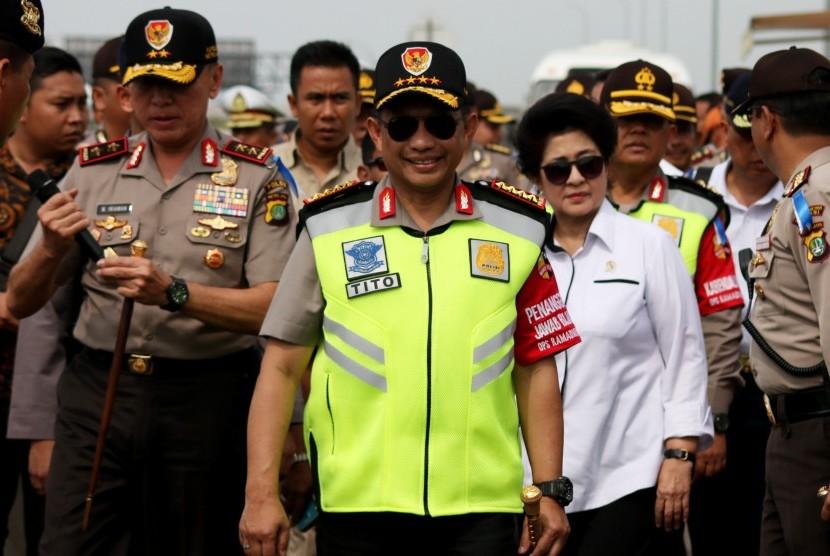 Kapolri Jenderal Pol Tito Karnavian (tengah) bersama Menteri Kesehatan, Nila F Moeloek (kanan) dan Kapolda Metro Jaya, Irjen Pol Mochamad Iriawan (kiri) melakukan peninjauan arus balik mudik Lebaran 2017 di Gerbang Tol Cikarang Utama, Jawa Barat, Jumat (30/6).