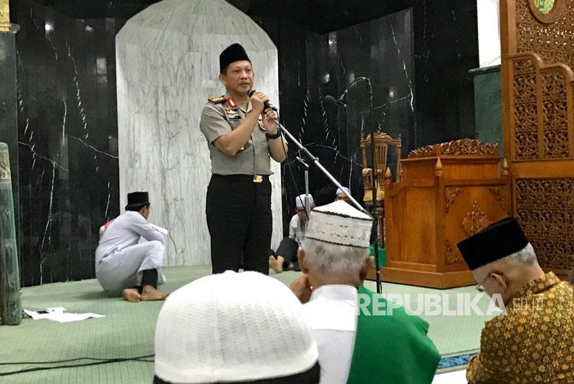Kapolri Jenderal Polisi Tito Karnavian memberikan kultum di Masjid Agung Annur, Pekanbaru, Riau.
