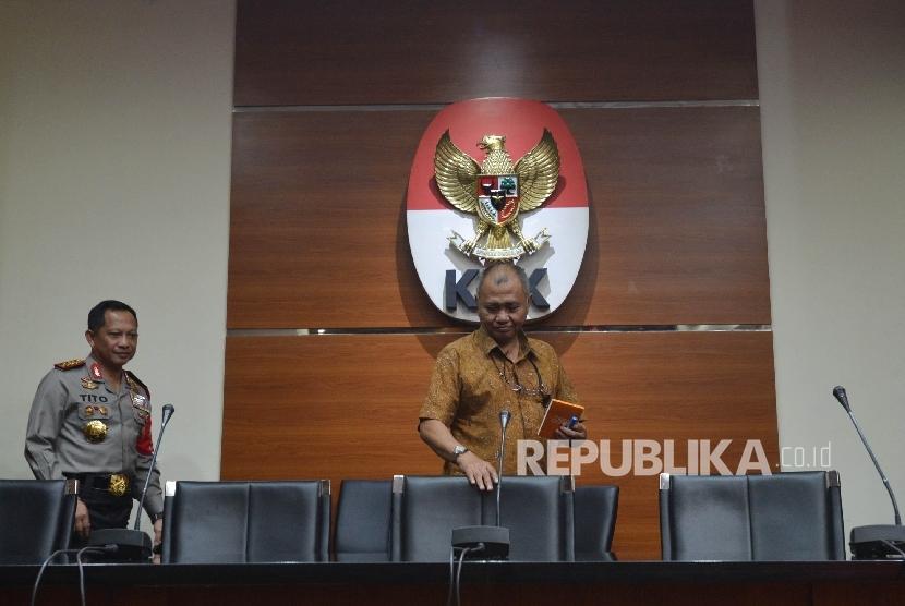 Kapolri Jenderal Tito Karnavian (kiri) bersama Ketua KPK Agus Rahardjo (kanan) bersiap untuk memberikan keterangan kepada awak media saat mengunjungi pimpinan KPK di Gedung Merah Putih KPK, Jakarta, Senin (19/6).