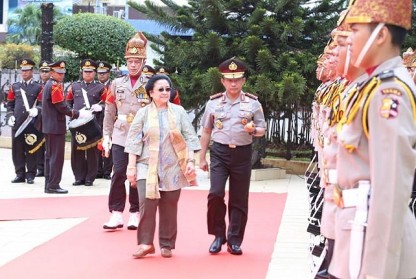 Kapolri Jenderal Tito Karnavian menyambut kedatangan Megawati Soekarnoputri di Mabes Polri, Rabu (21/3).