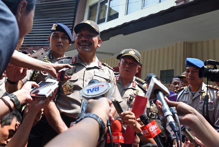 Kapolri Jendral Pol Badrodin Haiti menjawab pertanyaan wartawan usai mengunjungi ruang instalasi forensik RS Polri Kramat Jati, Jakarta, Jumat (15/1).