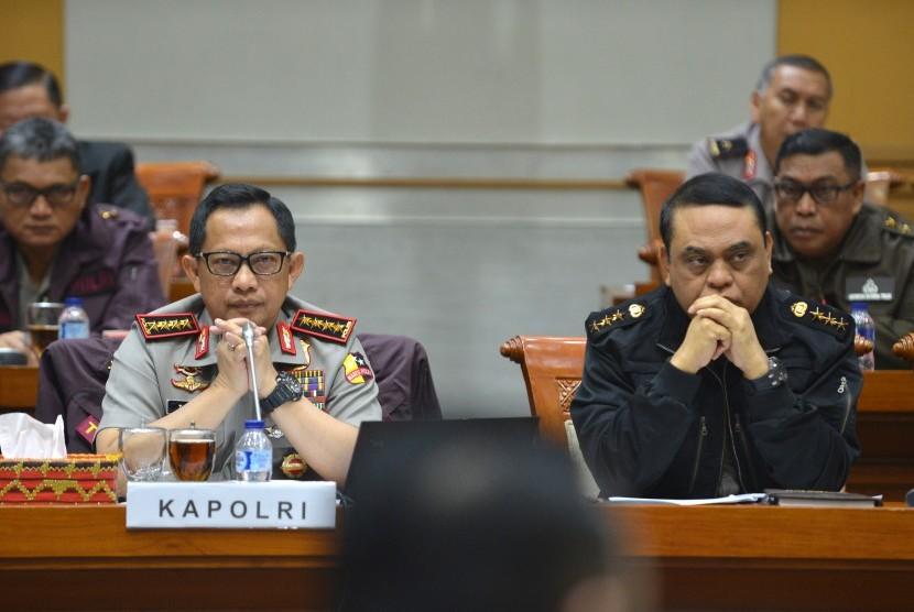 Kapolri Jendral Pol Tito Karnavian (kiri) didampingi Wakapolri Komjen Pol Syafruddin mengikuti rapat dengar pendapat umum (RDPU) dengan Komisi III DPR di Kompleks Parlemen, Senayan, Jakarta, Kamis (12/10).