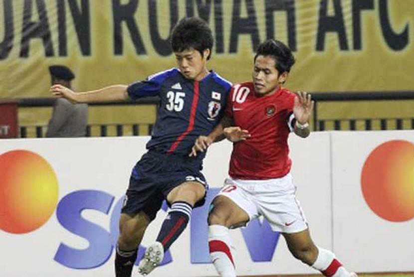Kapten Tim Nasional Indonesia Andik Vermansyah (kanan) berebut bola dengan pesepakbola Jepang Matsumoto (kiri) saat pertandingan babak kualifikasi grup E Piala Asia (AFC) U-22 di Stadion Utama Riau, Pekanbaru, Riau, Kamis (12/7).