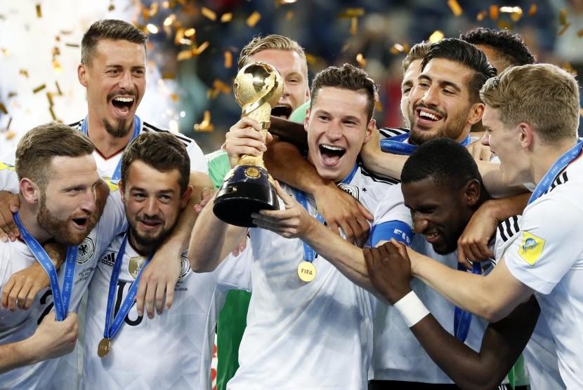 Kapten timnas Jerman, Julian Draxler (tengah) mengangkat trofi Piala Konfederasi 2017 bersama rekan setimnya. Jerman mengalahkan Cile pada laga final di Moskow, Senin (3/7) dini hari WIB.
