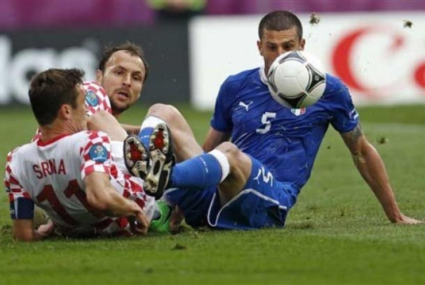Kapten Timnas Kroasia, Darijo Srna (kiri) saat berebut bola dengan pemain Italia, Thiago Motta (kanan) dalam pertandingan Grup C Piala Eropa 2012 di Poznan, Polandia.
