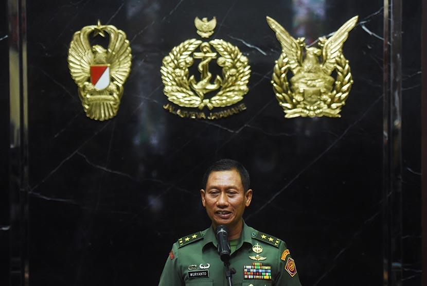 Kapuspen TNI Mayjen Wuryanto menyampaikan konferensi pers terkait ditolaknya kunjungan Panglima TNI Jenderal Gatot Nurmantyo untuk masuk ke Amerika Serikat oleh otoritas setempat di Jakarta, Ahad (22/10).