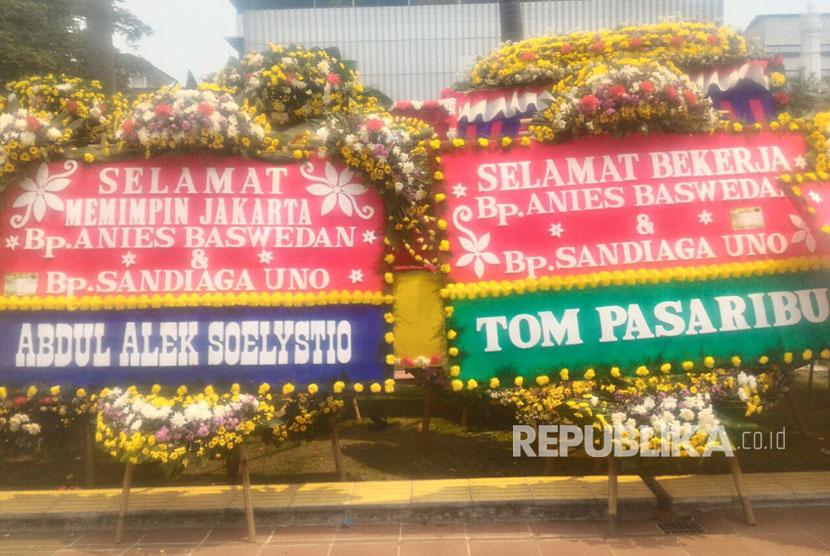 Karangan bunga ucapan selamat dan sukses untuk Anies - Sandi yang akan dilantik menjadi Gubernur DKI Jakarta yang baru tanggal 16 Oktober nanti di Balaikota, Jakarta Pusat (13/10).