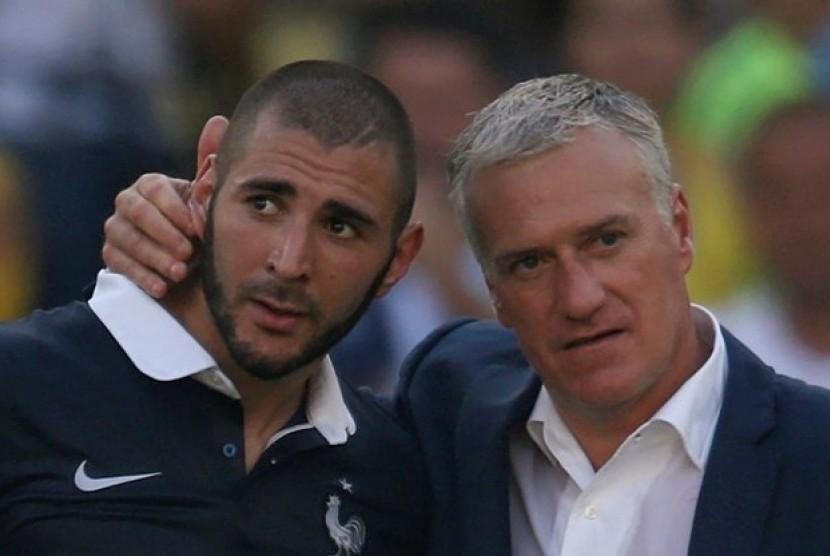 Karim Benzema (kiri) bersama pelatih timnas Prancis Didier Deschamps