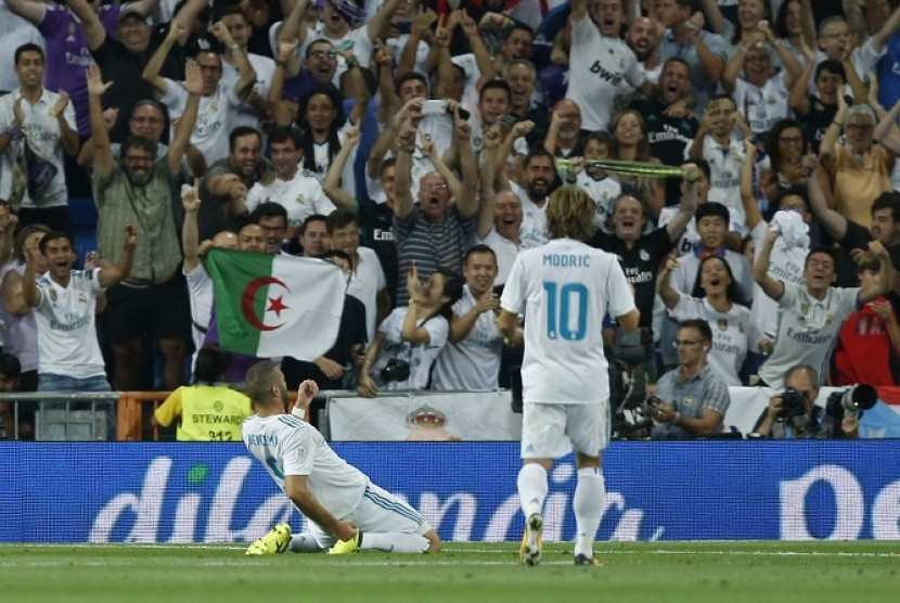 Karim Benzema (kiri) merayakan golnya ke gawang Barcelona dalam pertandingan leg kedua Piala Super Spanyol, Kamis (17/8) pagi WIB.