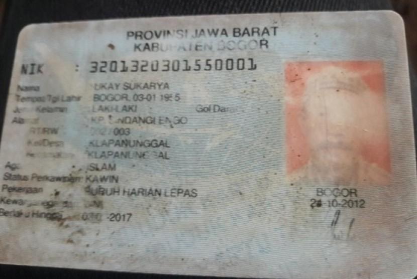 Kartu identitas Ukay Sukarya, warga Klapanunggal Bogor yang tewas akibat longsor, Selasa (7/11)