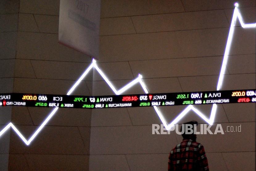 Karyawan berada di bawah monitor pergerakan Indeks Harga Saham Gabungan (IHSG) Bursa Efek Indonesia, Jakarta. ilustrasi