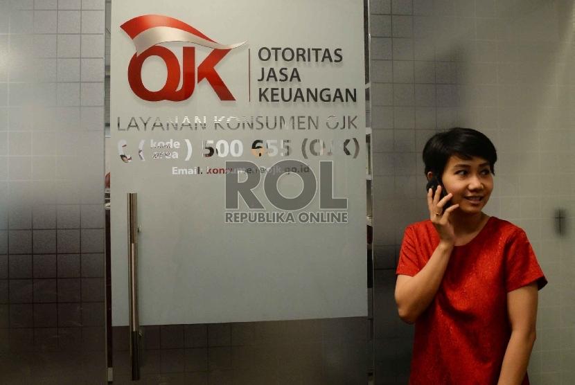Karyawan berada di kantor Otoritas Jasa Keuangan (OJK), Jakarta, Senin (13/4).(Republika/ Yasin Habibi)