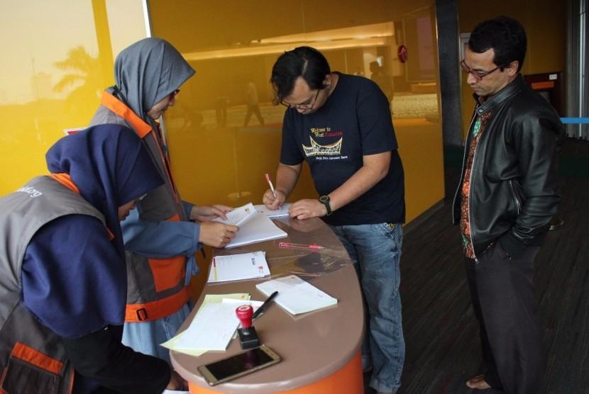 Karyawan Indosat menyalurkan dana wakaf melalui Rumah Wakaf Indonesia.
