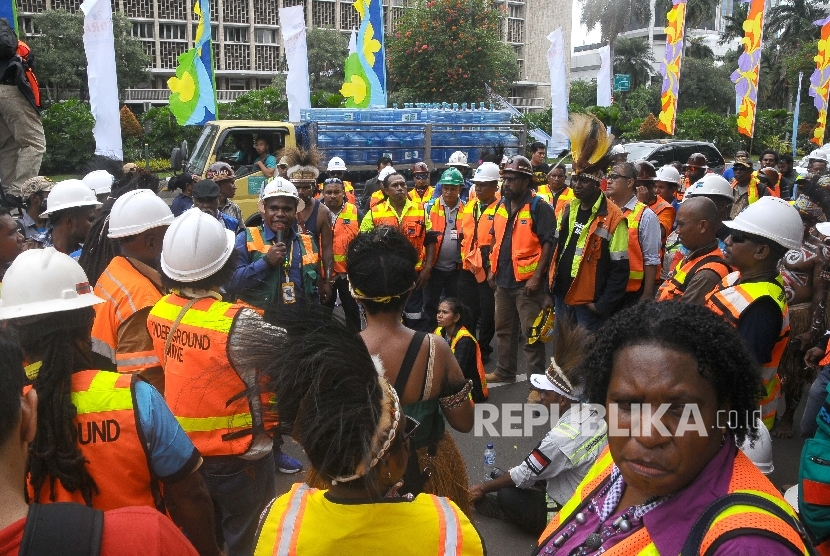 Karyawan karyawan PT Freeport Indonesia berunjuk rasa di depan Kantor Kementerian Energi dan Sumber daya Mineral (ESDM), Jakarta, pada 7 maret 2017 lalu.